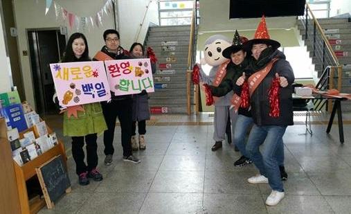 입재식 환영인사를 열정적으로 하는 청년 활동가들의 모습