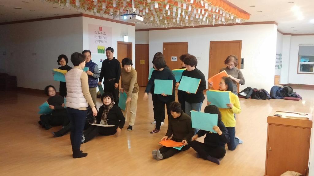 주간반 김수진 님, 앞에서 지도하며 진지한 모습으로 카드섹션 연습에 집중합니다