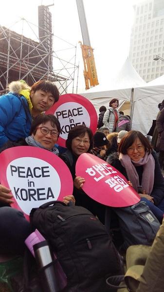 2017년 12월 23일 광화문 집회 참석에서, 왼쪽에 앉아 있는 강선미 님