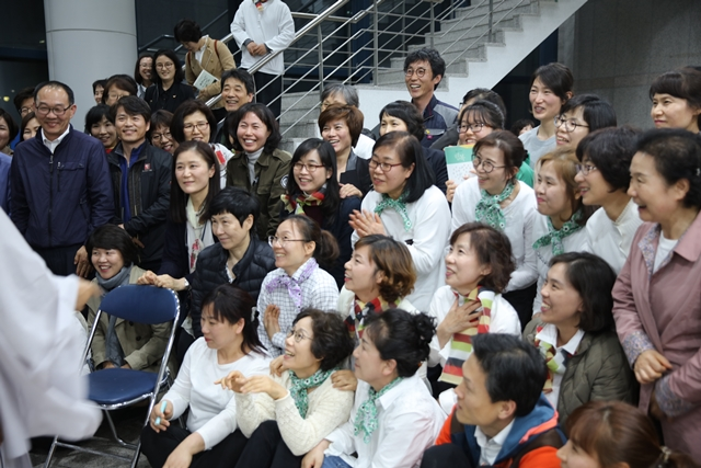 """""""다들 수고 하셨어요."""" 스님과 함께 인사 나누는 강릉 행복학교 학생과 선생님들."""