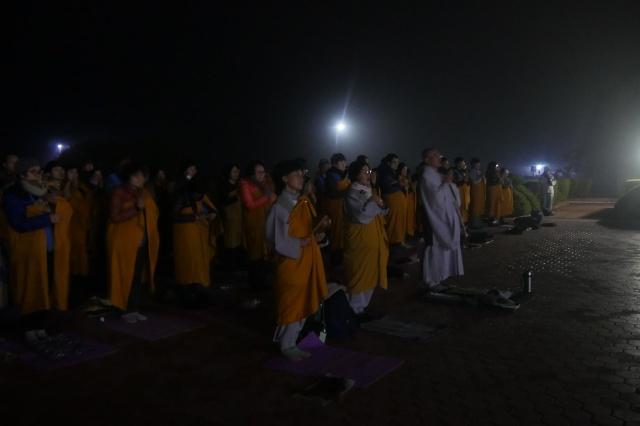 """새벽 4시에 출발해 네팔 입국 절차를 거치는데 하루 종일을 보내느라 지친 대중들에게 스님은 """"여기까지 오시느라 고생 많았습니다.""""라고 맞이하였습니다."""