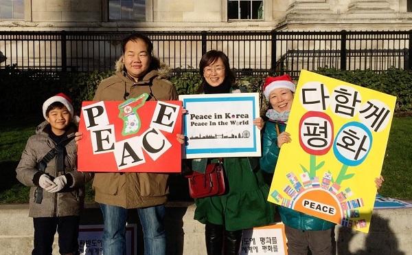 지난 12월 런던 평화모임에도 함께 참여했던 귀염둥이 영우는 우리의 희망, 예비 수행자입니다 (왼쪽부터 최영우, 이다솔, 김은경, 김혜숙 님).