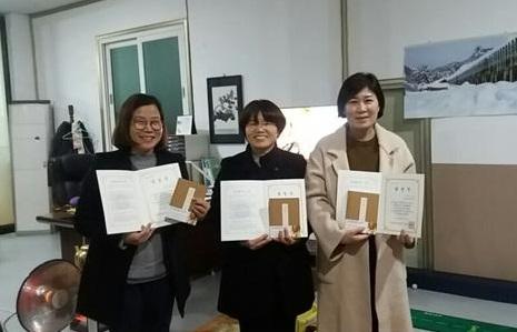 왼쪽부터 정서경, 오순화, 조외숙 님. 2017년 첫 불교대학 졸업생들입니다.