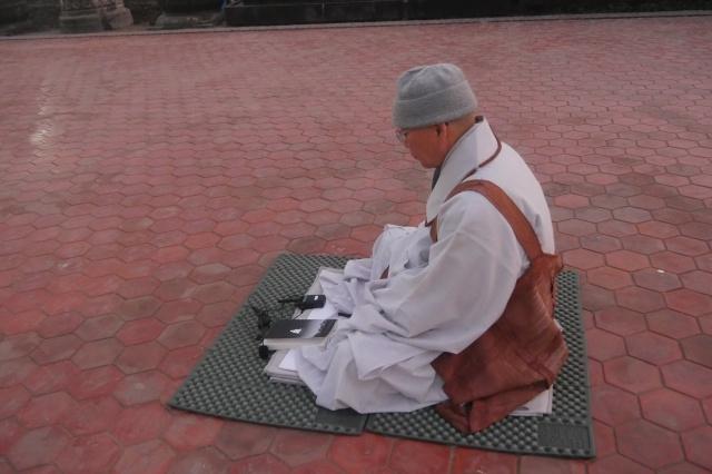 스님은 모임 장소를 아쇼카 석주 앞으로 옮기고 명상하며 대중을 기다렸습니다.