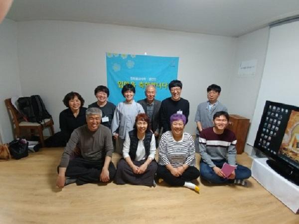 남편 불교대학 입학식에 모인 가족(왼쪽 아래 김흥창 님, 뒷줄 왼쪽 두 번째 이정희 님, 뒷줄 오른쪽 두 번째 김병윤 님)