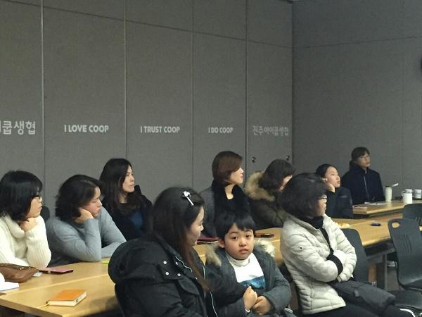 영상을 보고있는 참가자들