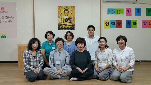 오른쪽에서 두번째가 최효서 님. 중앙의 법복 입은 분이 김미라 총무님.