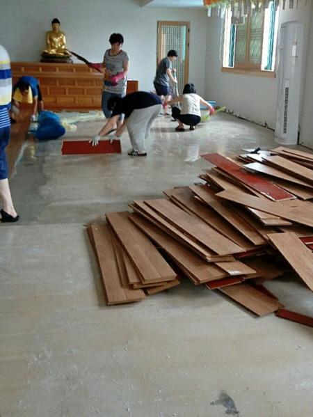 뜯겨나간 바닥재들. 바닥에는 본드와풀로 끈적끈적했습니다.