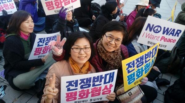 작년 12월 광화문에서 열린 평화대회에서 도반과 함께. 오른쪽이 강현주 님.