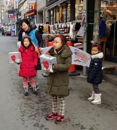 JTS 거리 모금을 하는 이인주님과 세 딸들