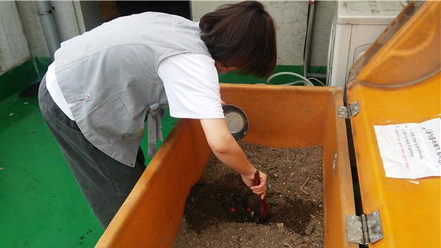 퇴비함에 음식물쓰레기를 넣을 때에는 흙에 골고루 잘 버무려 묻어줍니다