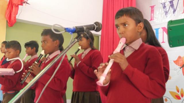 저학년 학생들의 판차실, 악기 연주 선보이기