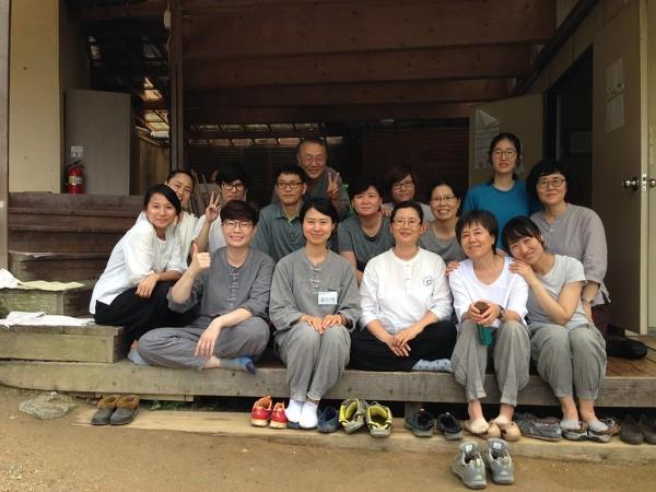 문경정토수련원 여름 명상바라지장 (뒷줄 왼쪽 세 번째가 김명찬 님)