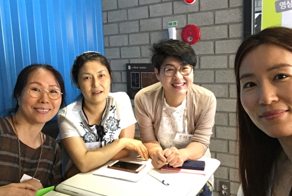 행복학교 도반들과 함께(오른쪽에서 두 번째가 김래영 님)