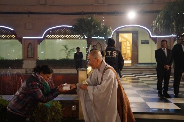수고해주신 드라이브지, 컨덕트 지, 차장님들. 수자타아카데미에 순례객을 대신하여 보시금을 전달하는 스님