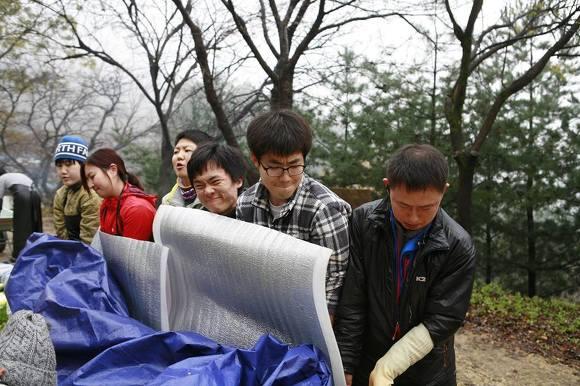 김장배추 절임용 풀장을 옮기는 모습.