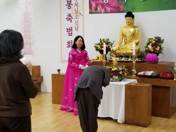 2017년 부처님 오신 날에 고운 한복을 입고 있는 정혜진 님
