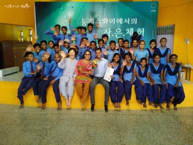 인도 수자타아카데미 학생들과 함께, 보광법사님