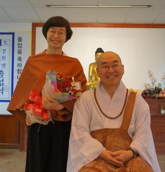2017년 3월 불교대학 졸업식에서 스님과 한 컷