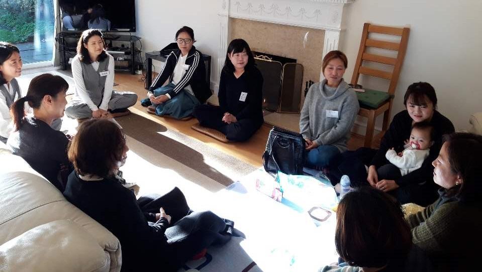 뉴몰든 불교대학생들이 분기별로 준비하는 이웃을 위한 가정에서의 기획법회 모습