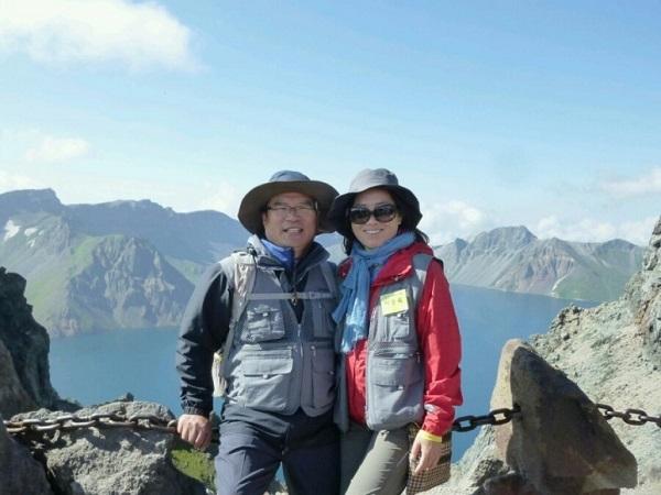 2014년 8월, '법륜스님과 함께 한 동북아역사기행' 중 백두산 천지에서 남편과 함께...