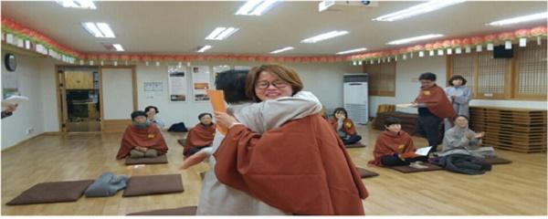이소연 님.불교대학을 졸업하며 많이 울었다. 너무 기뻐서.