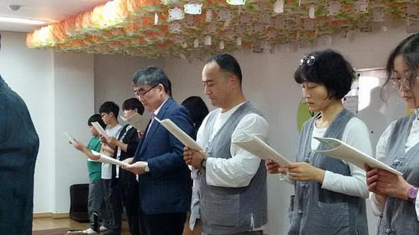 도반들과 함께 부처님 오신날 법회 참석하는 모습